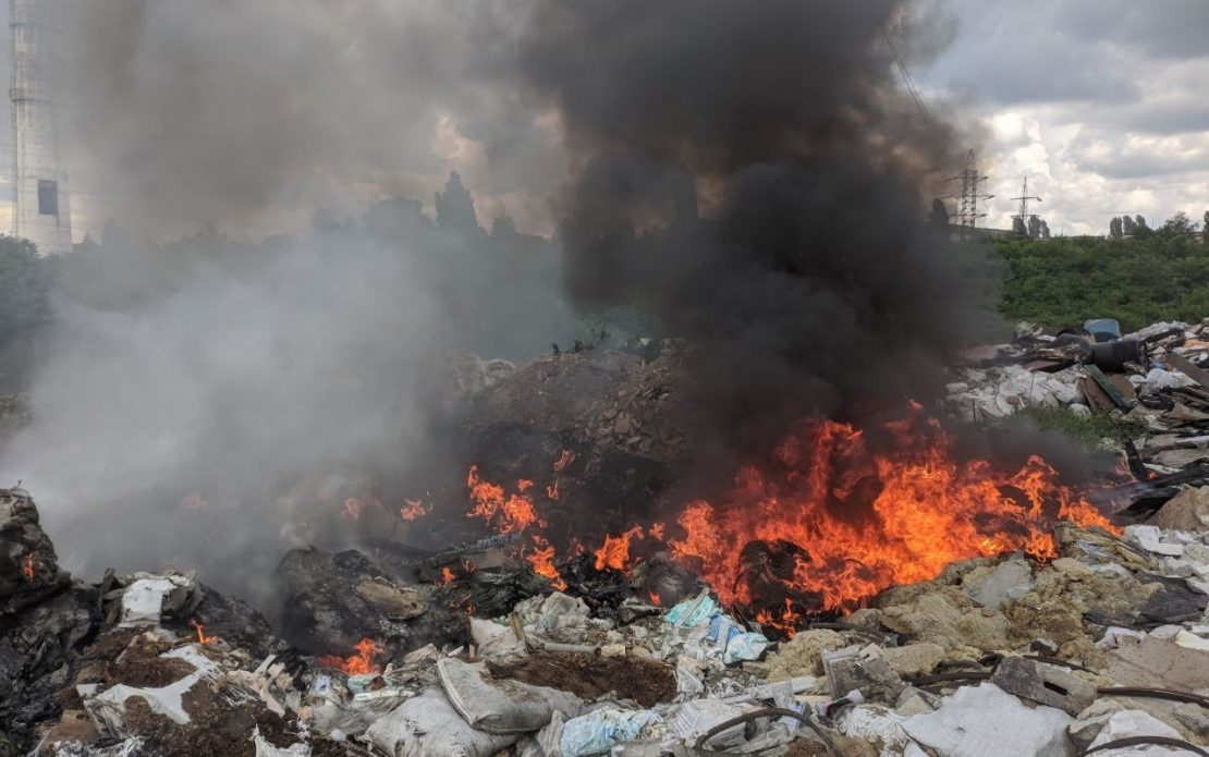 В Харькове горела несанкционированная свалка. Новости Харькова