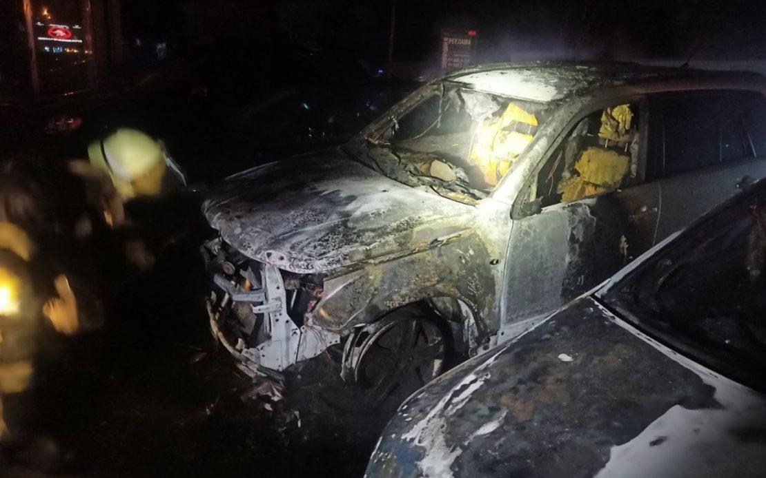В Харькове на парковке знатно полыхали 4 авто. Новости Харькова