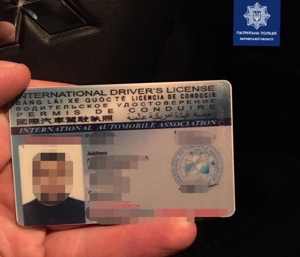 Патрульным полицейским дали взятку. Новости Харькова