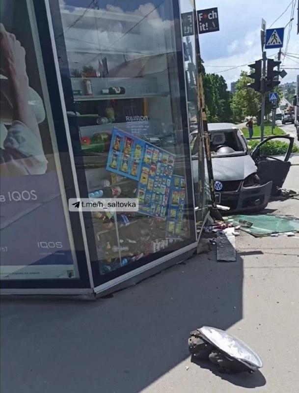 Тройное ДТП на перекрестке: пострадал водитель и киоск