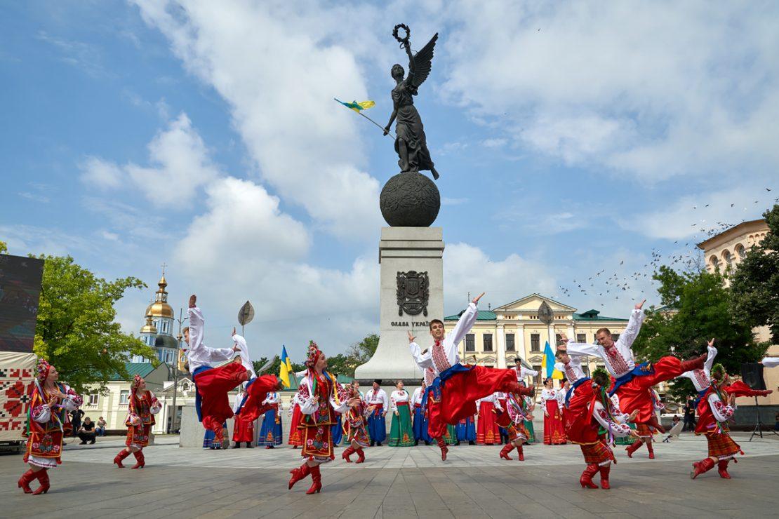 Харьковчане возложили цветы к памятнику Независимости Украины