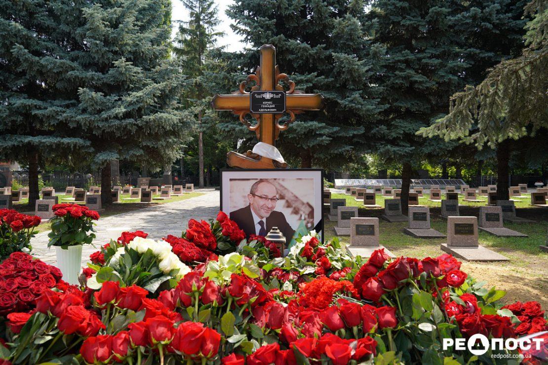 Тысячи горожан почтили память Геннадия Кернеса. Новости Харькова