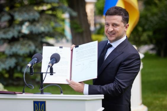 Президент повысил медикам зарплаты. Новости Украины