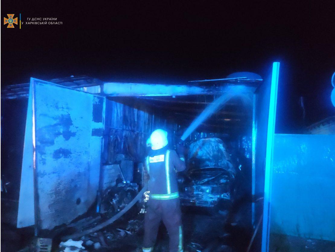 Пожар на Харьковщине: В Купянске горел гараж с авто внутри