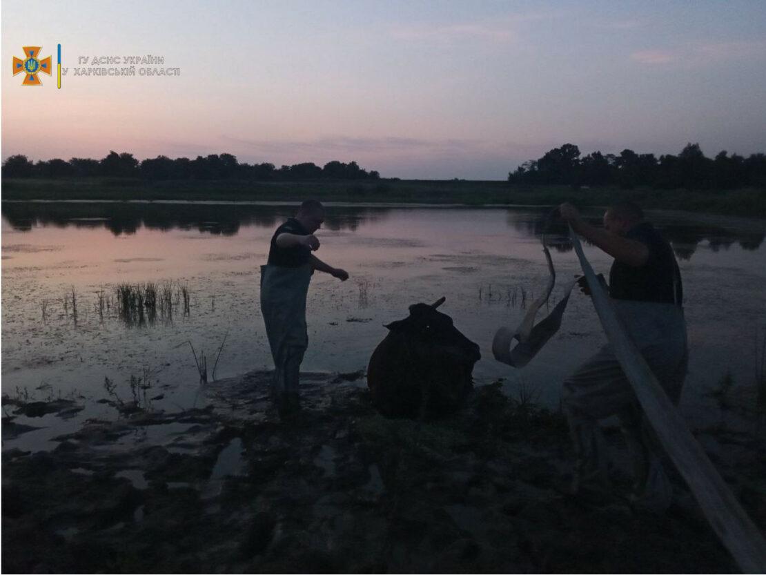 Новости Харьковщины: спасатели достали корову из ставка