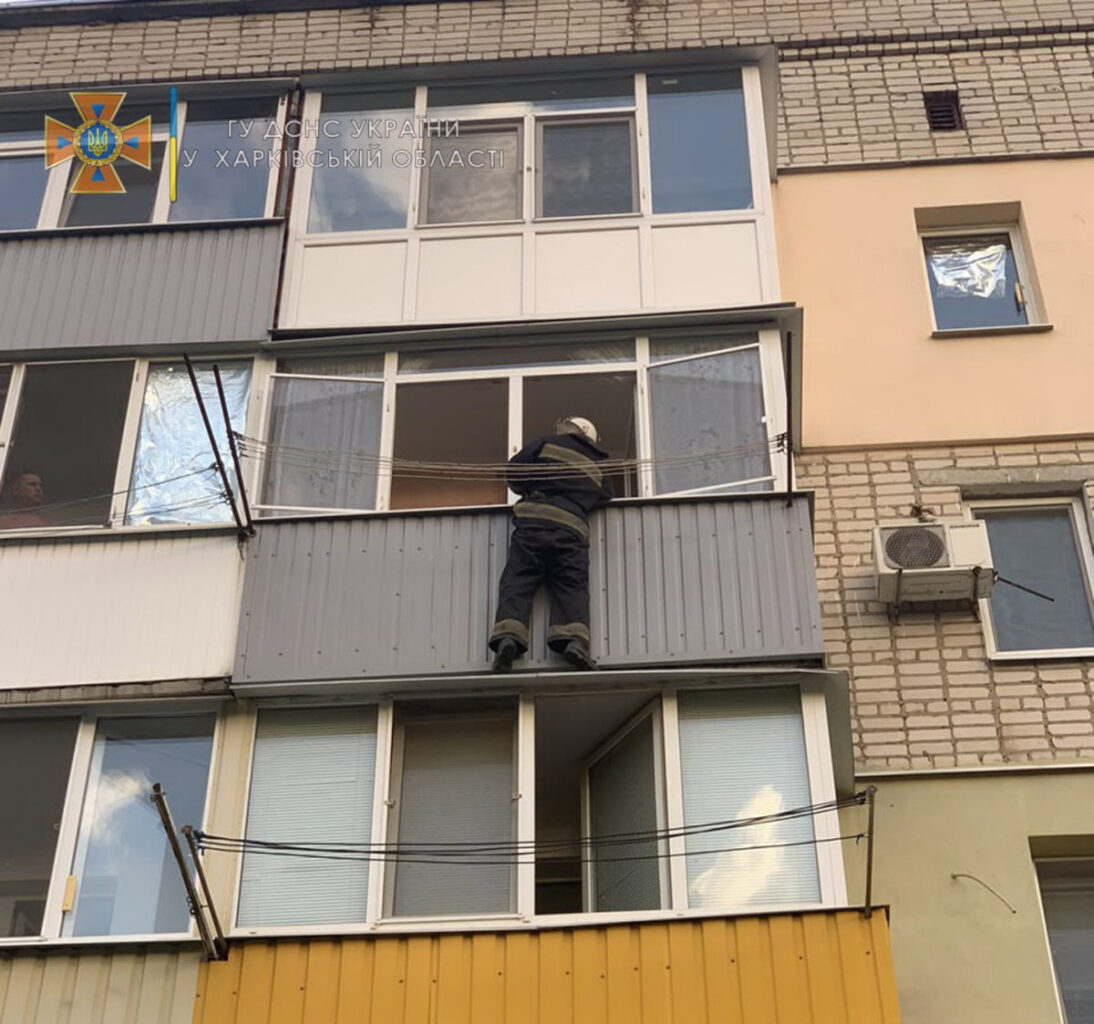 На Харьковщине спасатели через окно попали в квартиру с ребенком