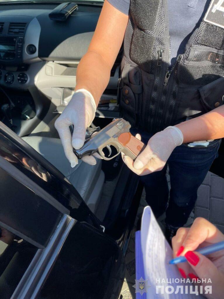 В Харькове бандиты воткнули топор в авто полицейского