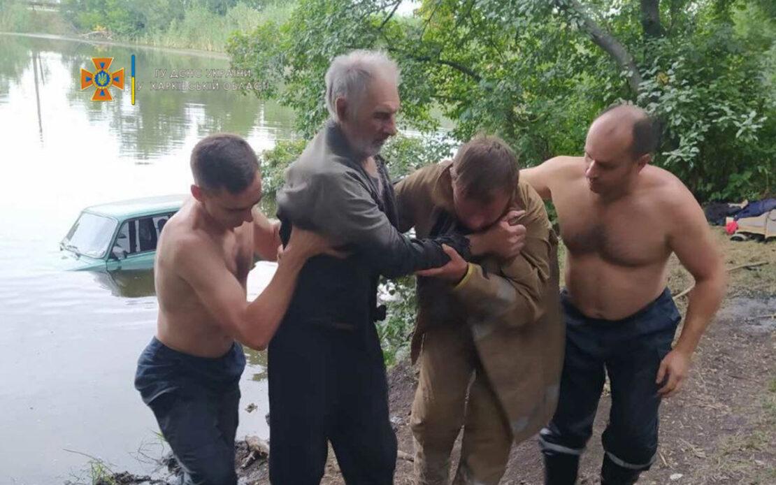 На Харьковщине авто упало в пруд, водителя доставали спасатели