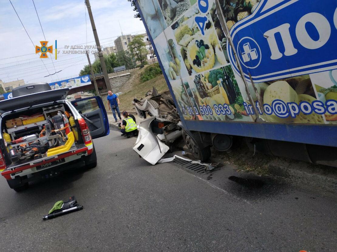 ДТП в Харькове: У грузовика снесло кабину на Карповском спуске