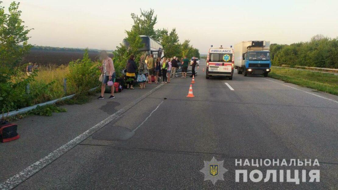 ДТП на Харьковщине: Автобус с пассажирами въехал в отбойник
