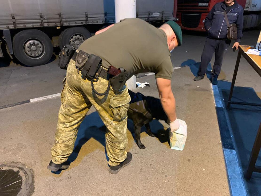 Таможня Харьков: На Гоптовке собака нашла героин в микроавтобусе