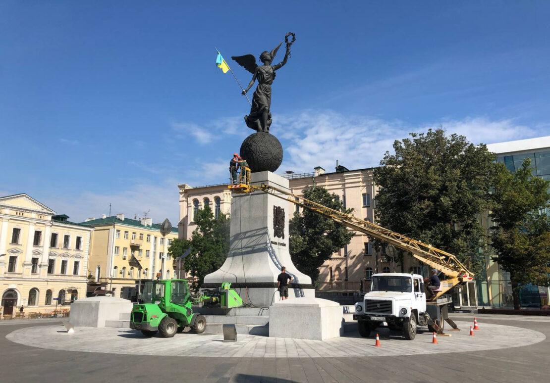 В Харькове коммунальщики моют памятники ко Дню города