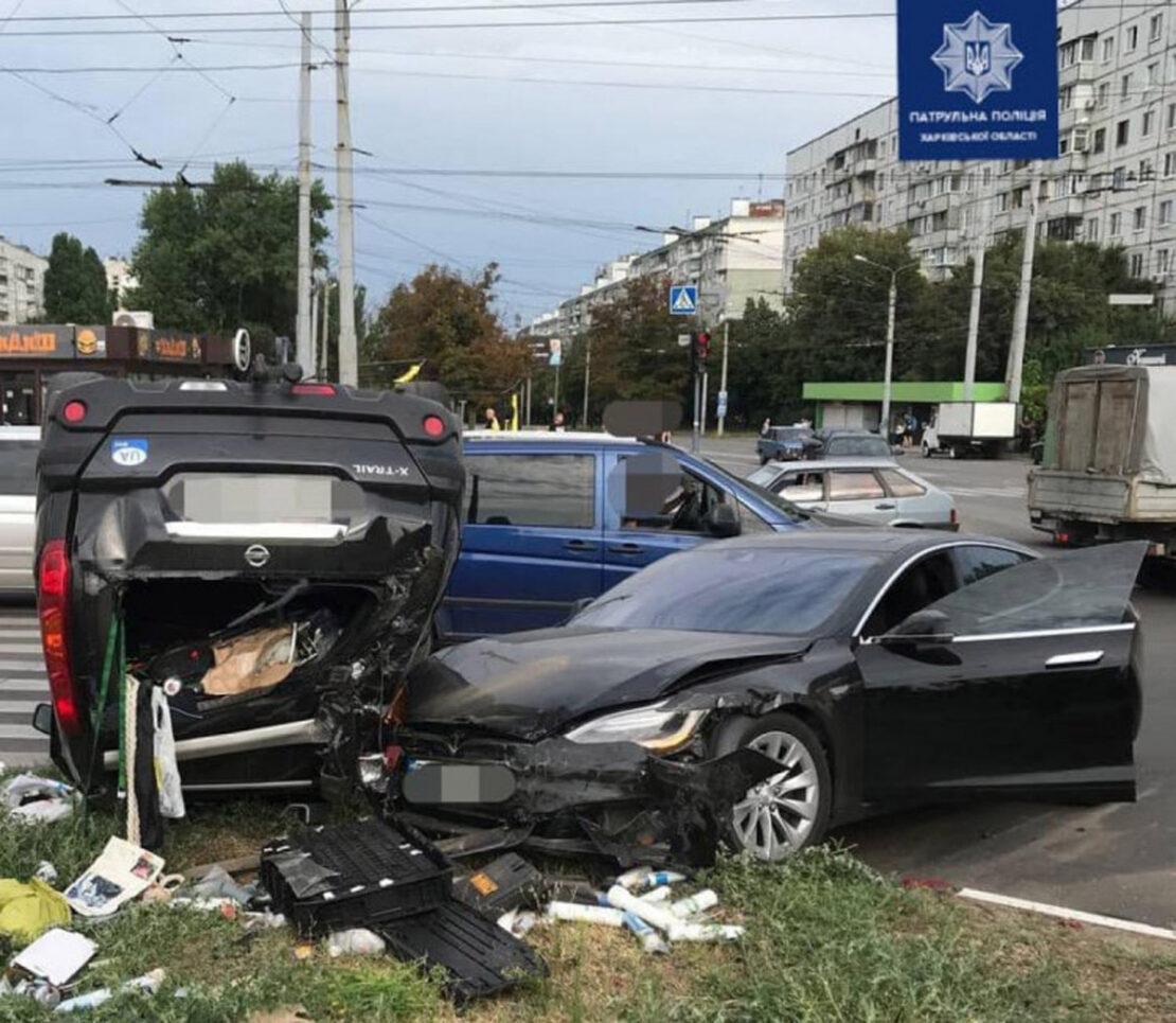 ДТП в Харькове: На Салтовке Teslа въехала в Nissan