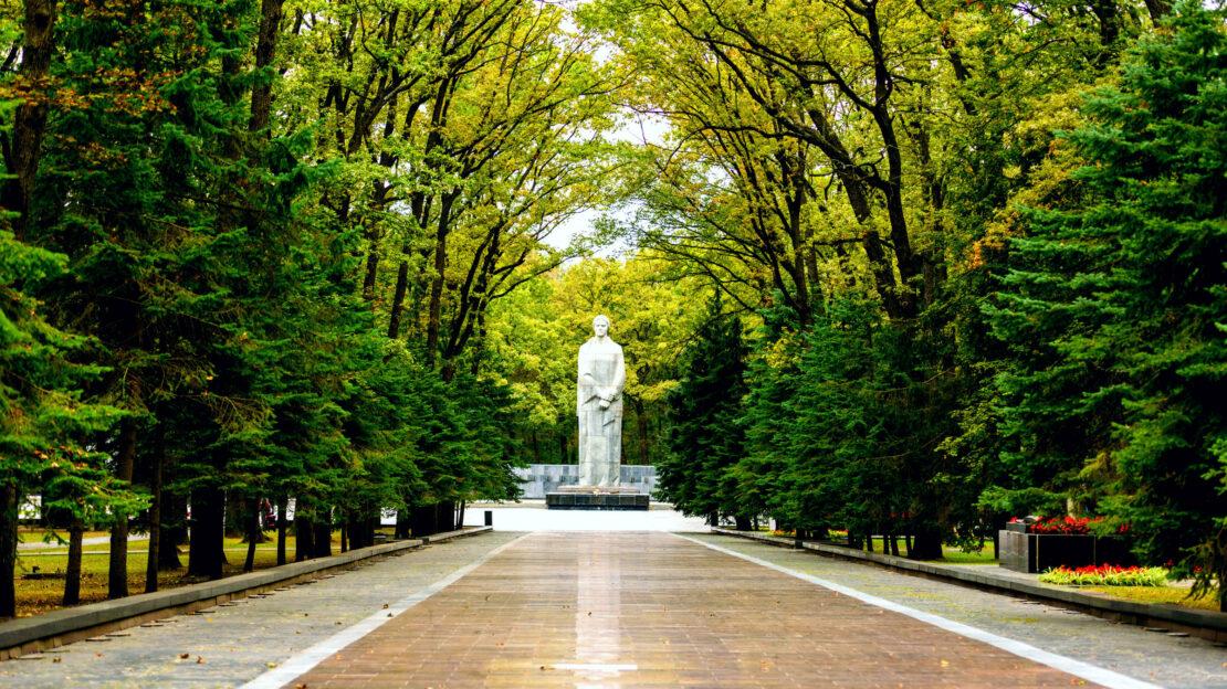 В Харькове Мемориал Славы убирают ко Дню освобождения Харькова