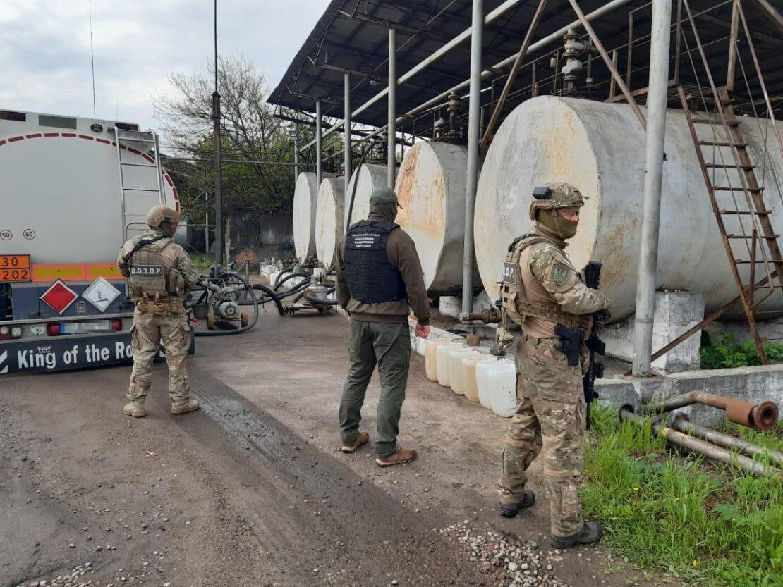 Топливный суррогат и подпольные заводы выявили пограничники в Харьковской области
