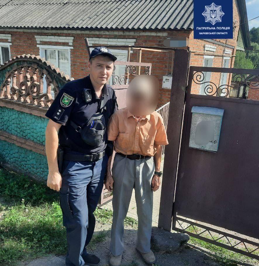 Харьковские патрульные вернули домой дедушку