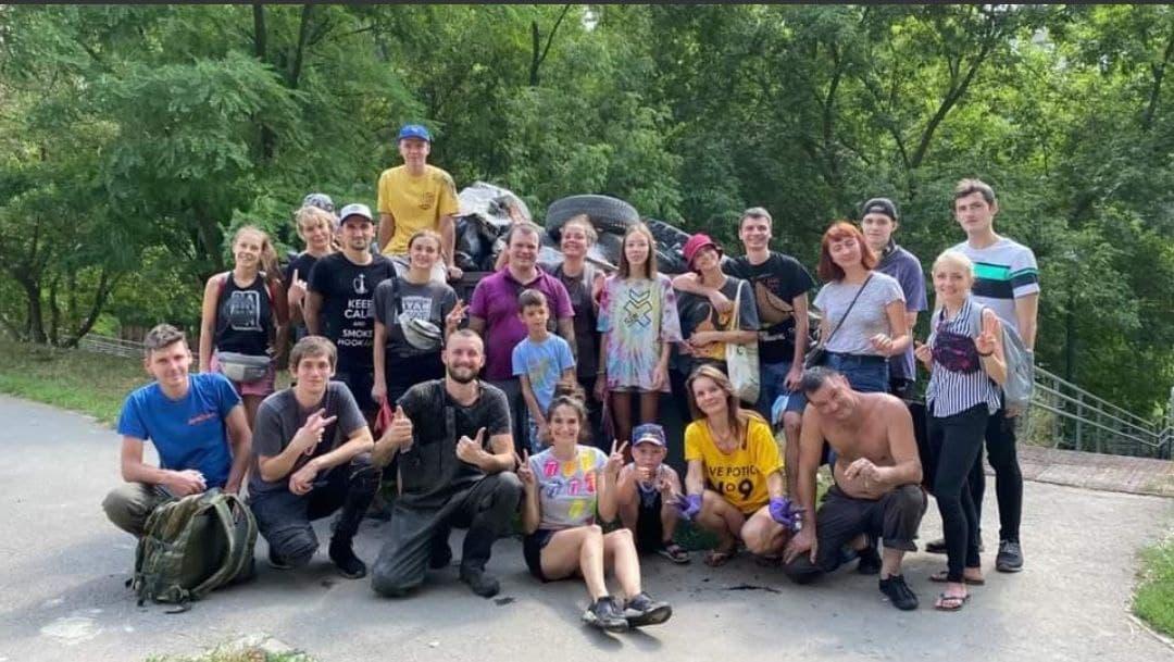 Новости Харькова: Волонтеры убрали мусор в ручье в Глубоком яру