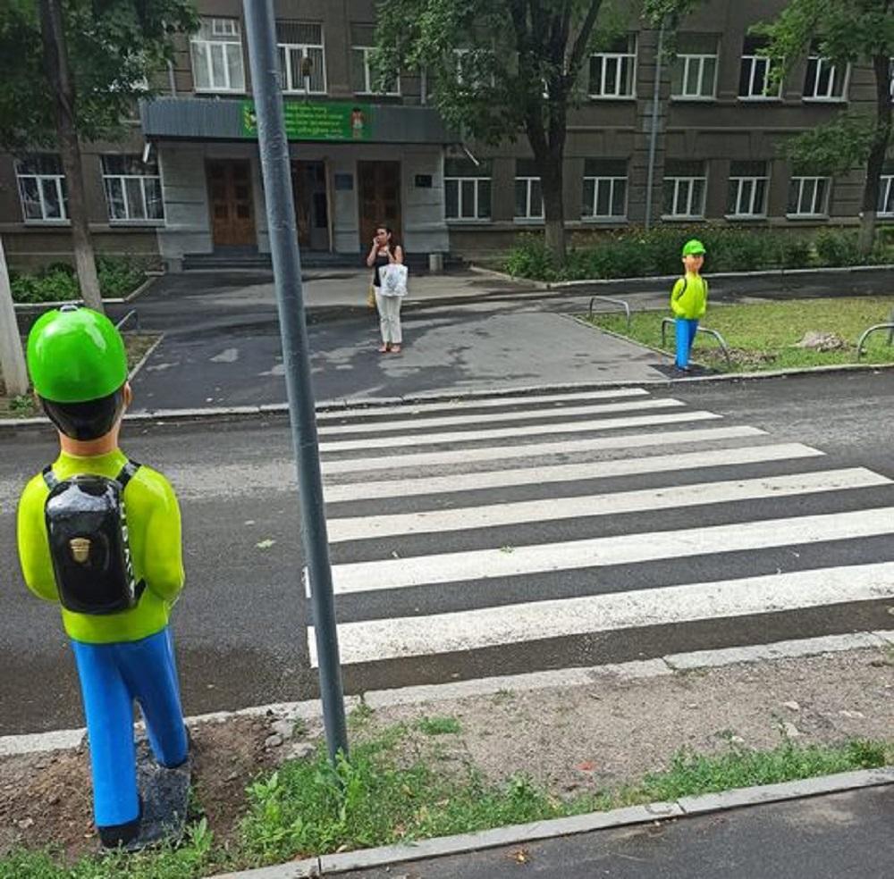 В Харькове вандалы испортили ростовые фигуры школьников