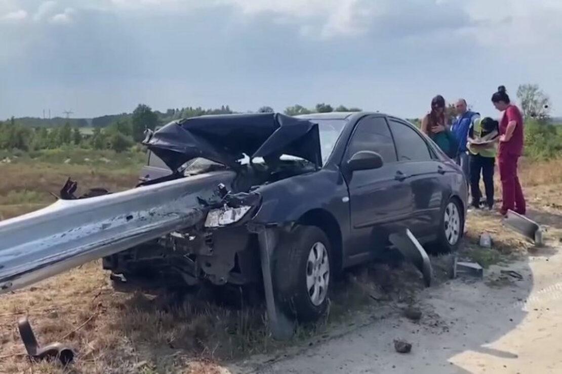 ДТП Харьков: На трассе Харьков-Киев авто влетело в отбойник