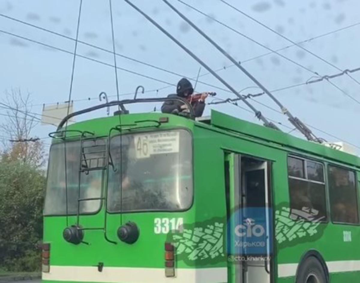 Скрипач на крыше троллейбуса в Харькове: полиция открыла дело