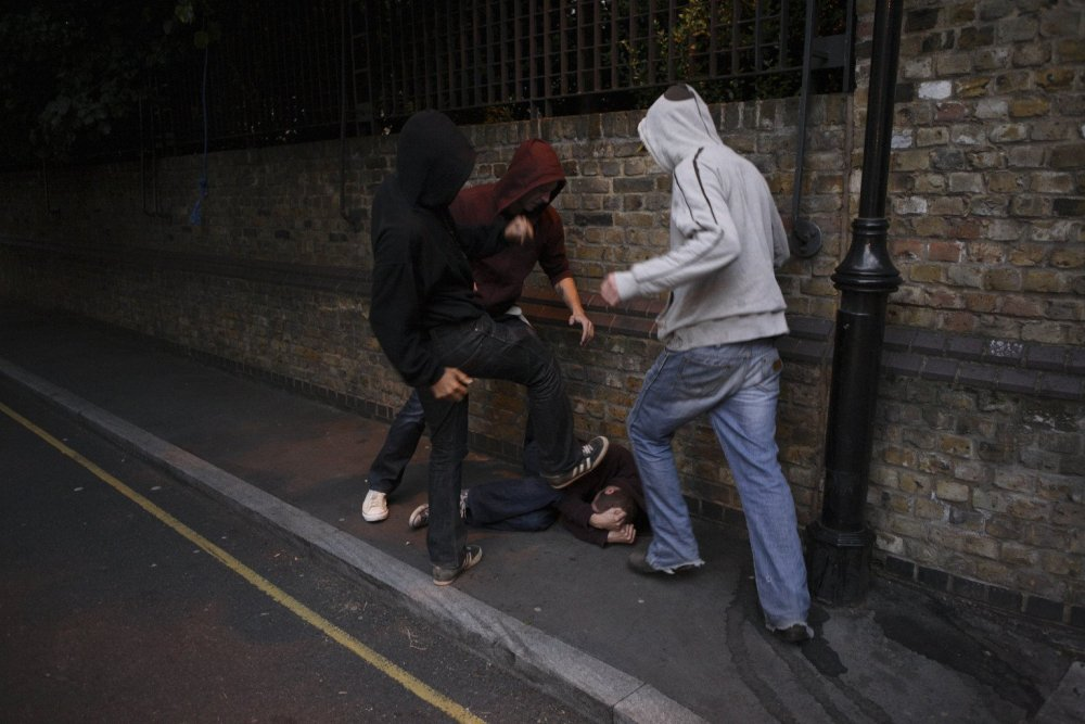 Подростки избили мужчину на детской площадке в Изюме. Новости Харькова