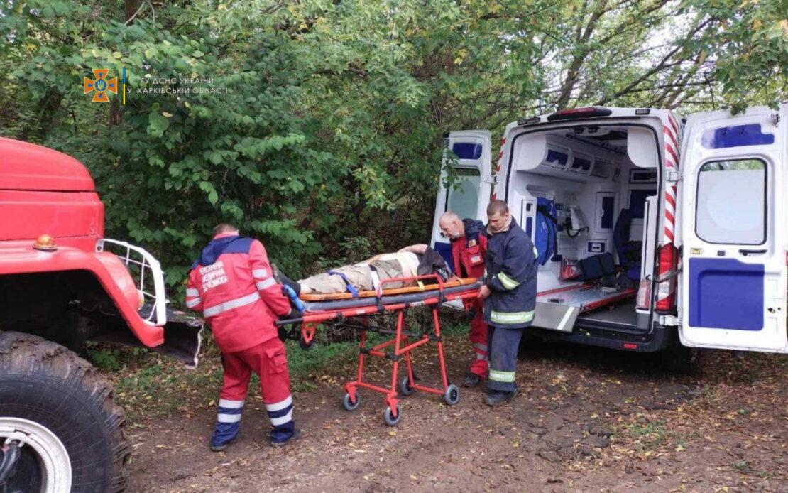 На Харьковщине в поселке Липцы спасатели вытащили из глубокой ямы 61-летнего мужчину с инсультом