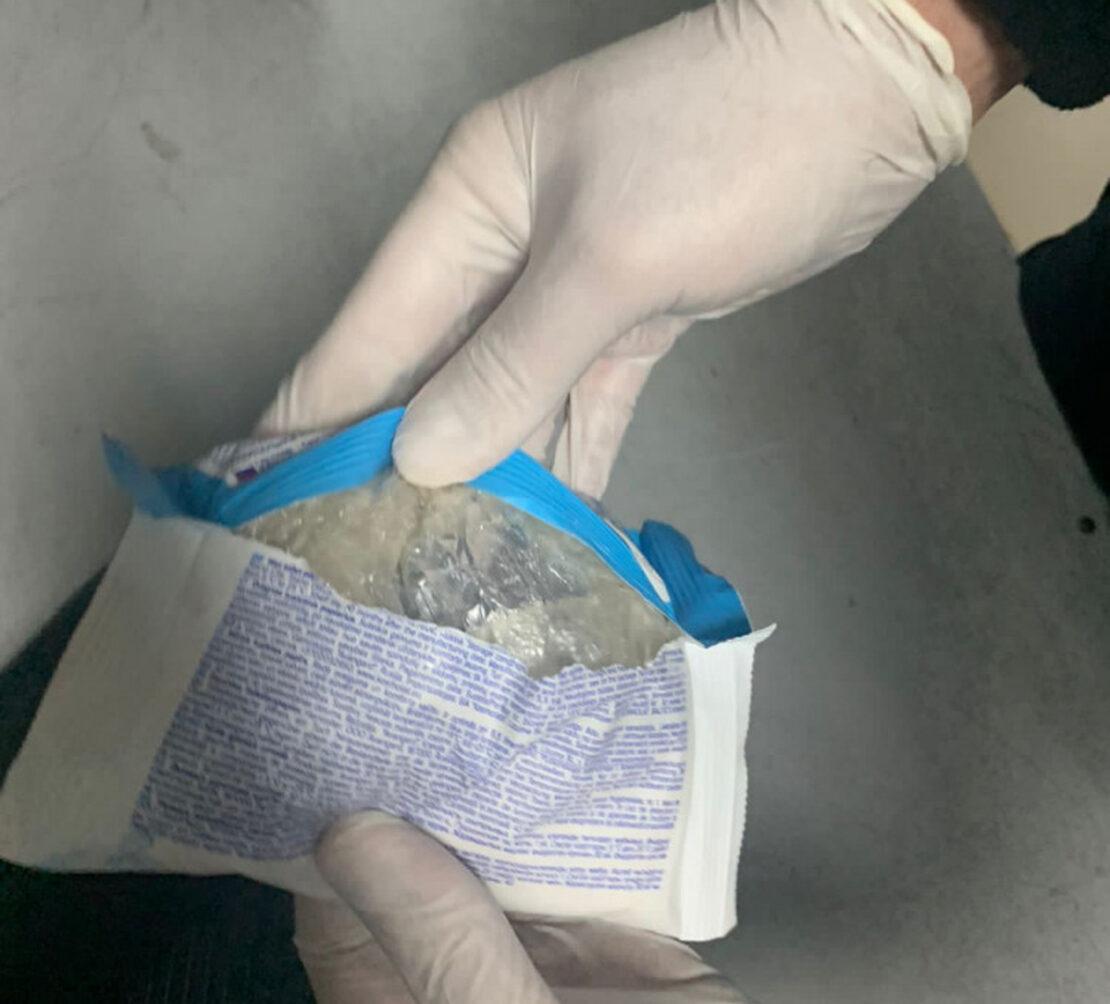 Гоптовка наркотики: Россиянка провозила наркотики в портфеле