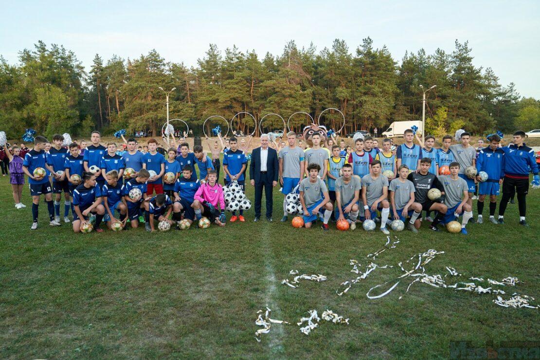 В поселке Жихарь на базе школы №48 открыли новый стадион