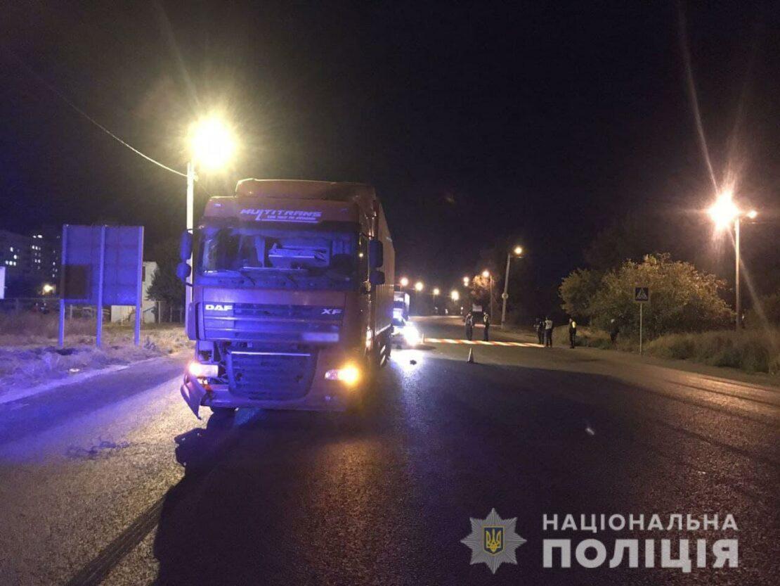 В Харькове грузовик сбил двух школьников: один подросток скончался