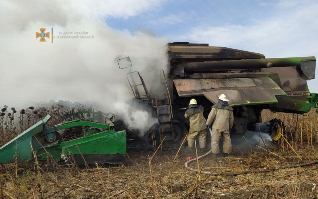 Пожар под Харьковом: Комбайн загорелся в поле возле села Бахтин