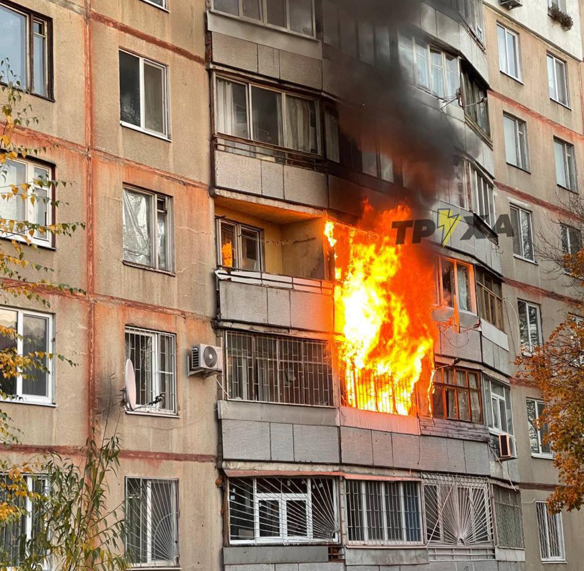 Пожар в Харькове: В многоэтажке на улице Холодногорской горел балкон на втором этаже