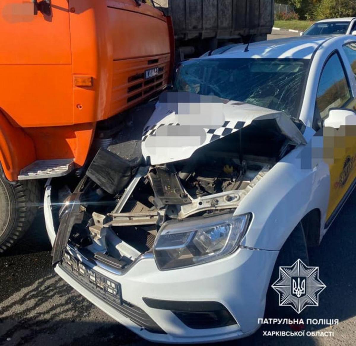 ДТП Харькове: На улице Веснина КАМАЗ столкнулся с Renault Logan службы такси