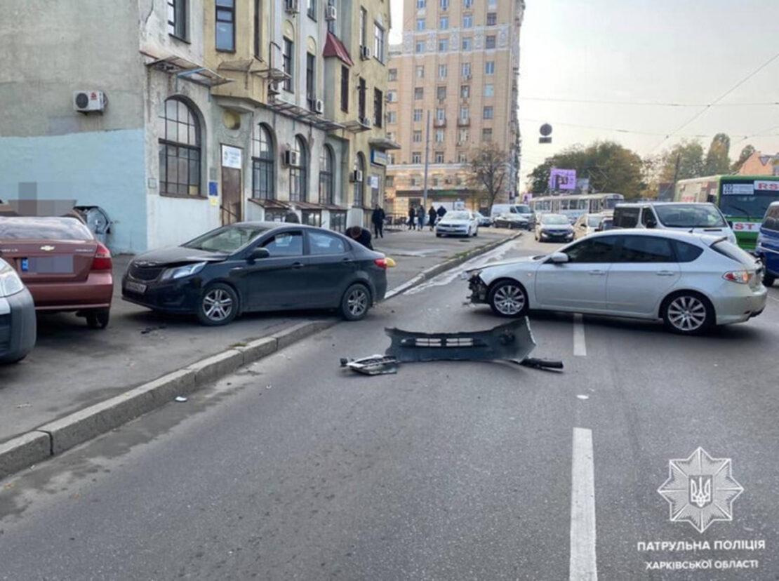 ДТП в Харькове: В районе Южного вокзала на улице Евгения Котляра столкнулись автомобили Subaru, КІА и Chevrolet.