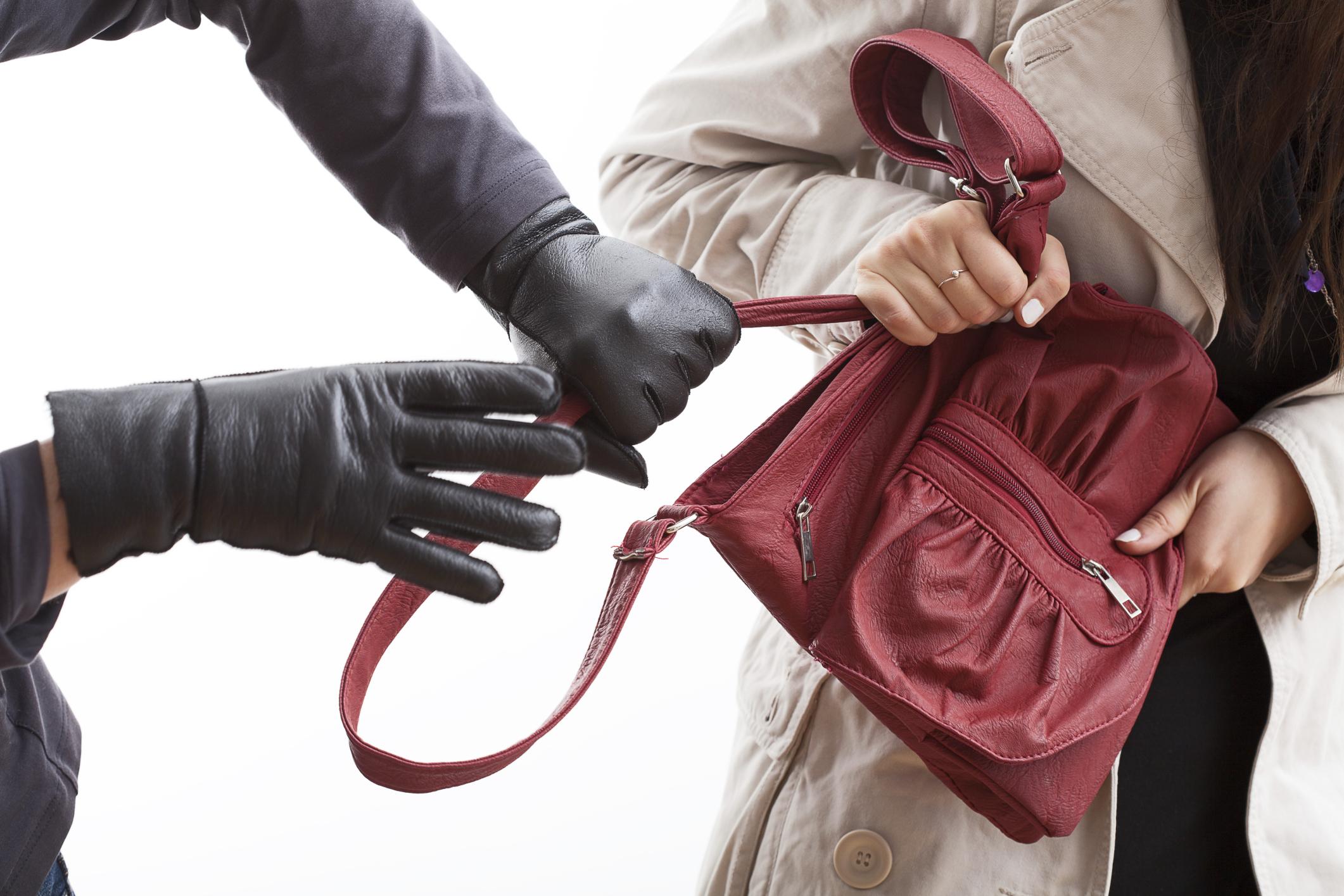 Мужчина вырвал сумки у двух женщин в Основянском районе - Происшествия Харьков