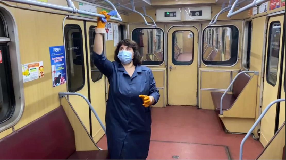 Как в Харькове убирают метро: дезинфицируют вагоны и станции