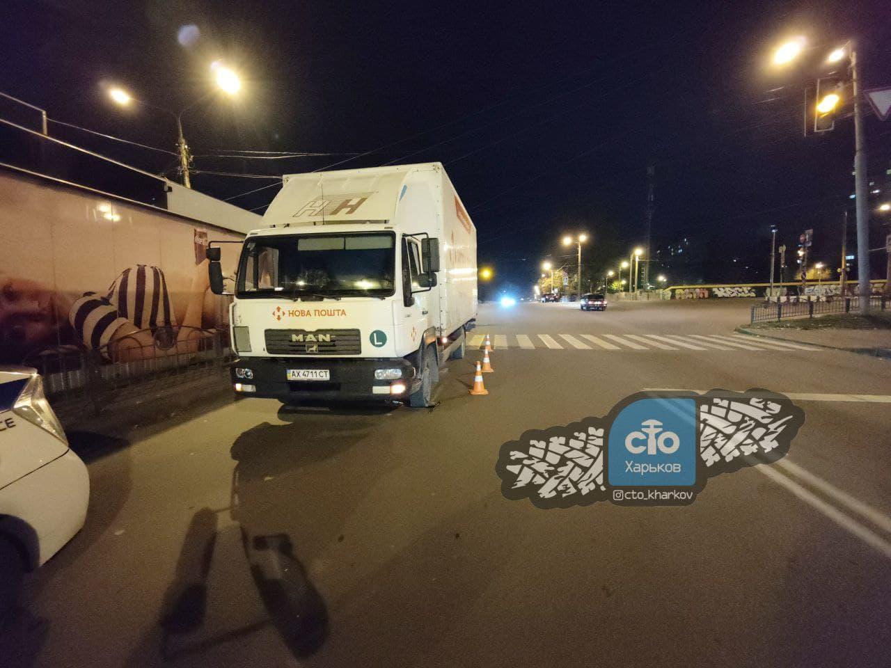 ДТП в Харькове: грузовик Новой почты сбил мальчика на самокате на пешеходном переходе на улице Героев Труда